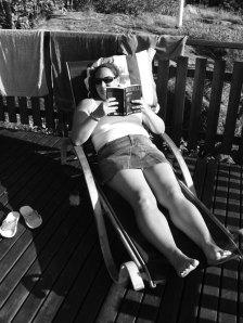 Läsa i solen på Landsort