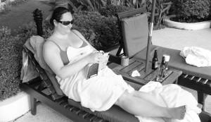 Läsa en bok vid en pool i Kina