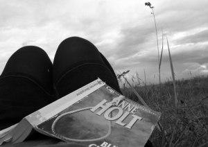 Läsa i gräset på Kuriska Näset