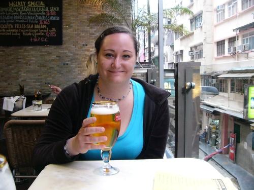 Hanna dricker öl.