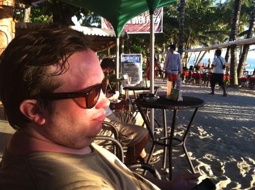 Andreas på en bar en liten bit från stranden
