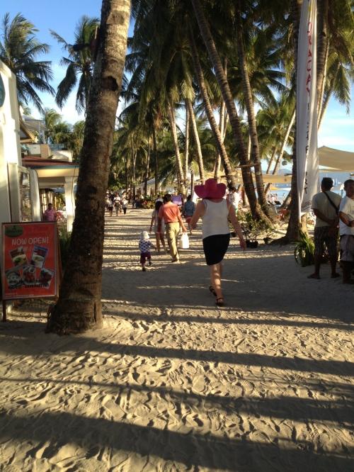 Mamma jagar son på stranden på Boracay