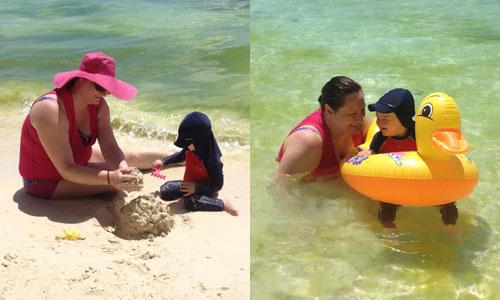 Mor och son på stranden