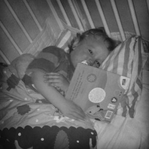 Hugo med sin favoritbok